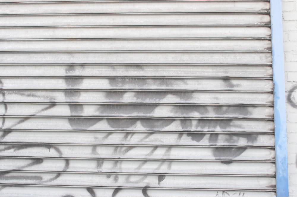 GRAFFITI:  LEO DIS